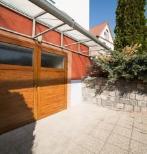 Dizajnová garážová brána, ktorá esteticky doplní vzhľad domu