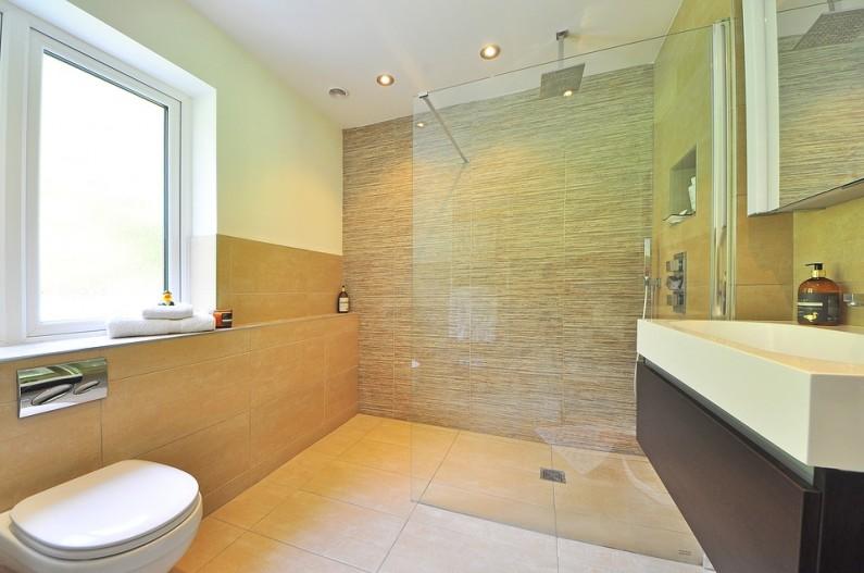 Vydarená rekonštrukcia kúpeľne Vám umožní aj v minikúpeľni relaxovať.
